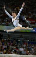 图文-女子个人全能决赛开赛 平衡木上飞跃而起