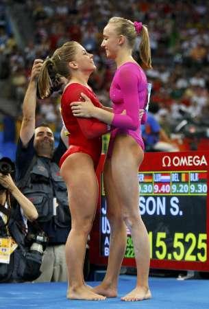 图文-体操女子全能柳金登冠 柳金与肖恩互相祝贺
