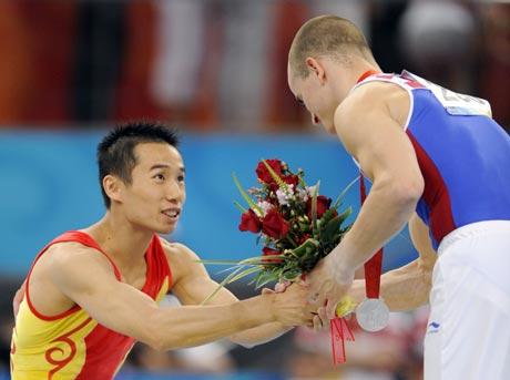 图文-肖钦勇夺男子鞍马金牌 肖钦不忘祝贺对手