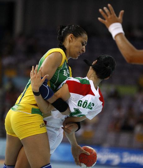 图文-手球女子预赛巴西平匈牙利 手球场上的交际舞