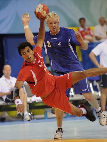 图文-男子手球冰岛大战埃及 埃及球员射穿冰岛球门