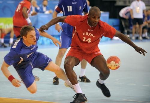 图文-男女手球预赛继续开战 别跟我抢