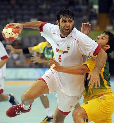 图文-男女手球预赛继续开战 西班牙鲁本突破阻拦