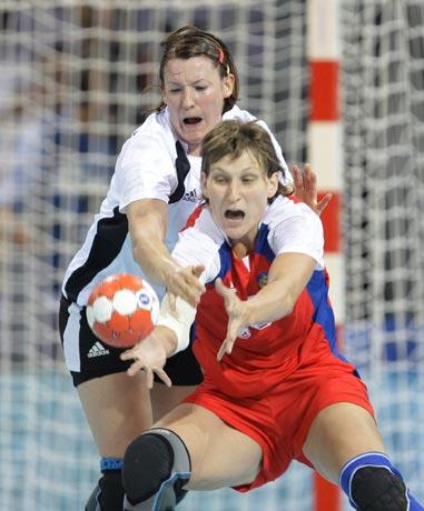 图文-17日女子手球赛场聚焦 双方场上拼争