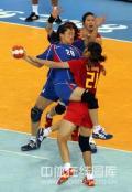图文-女子手球中国无缘四强 李兵拦截对手