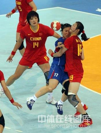 图文-女子手球中国无缘四强 阻止对手前进