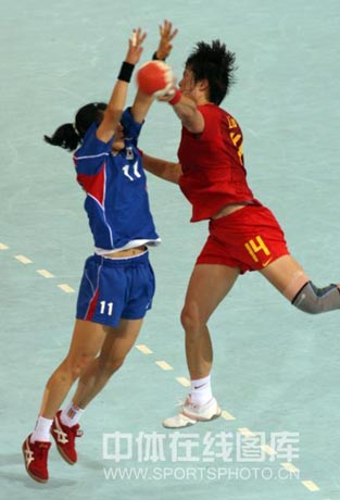 图文-女子手球中国无缘四强 刘晓妹突破对手