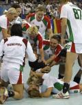 图文-19日女子手球赛场赛况 球员集体庆祝