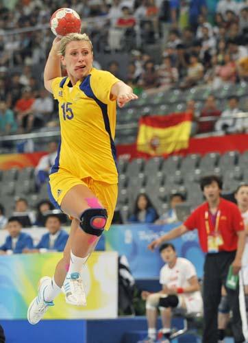 图文-女子手球5-8名排位赛 看我飞身射门