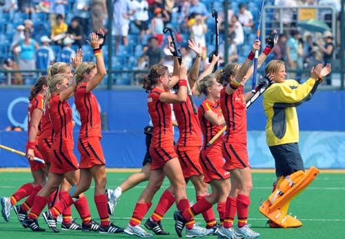 图文-女子曲棍球继续开战 德国队向观众致敬