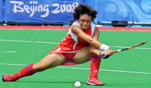 图文-女子曲棍球继续开战 韩国队抓住机会