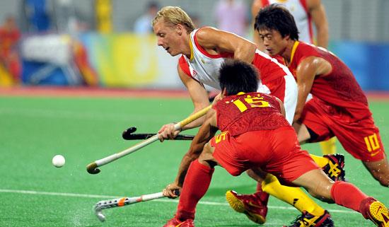图文-19日男子曲棍球赛况 两人阻止对手