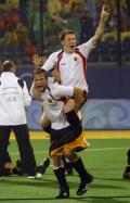 图文-男曲半决赛德国队晋级 骑着队友庆祝