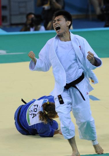 图文-女柔57公斤级许岩获铜牌 许岩庆祝胜利