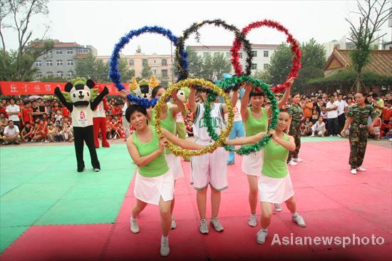 图文-安徽蒙城千余名群众健身迎奥运 高举五环