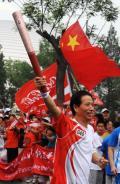 图文-奥运圣火在北京传递 高举火炬信心满满