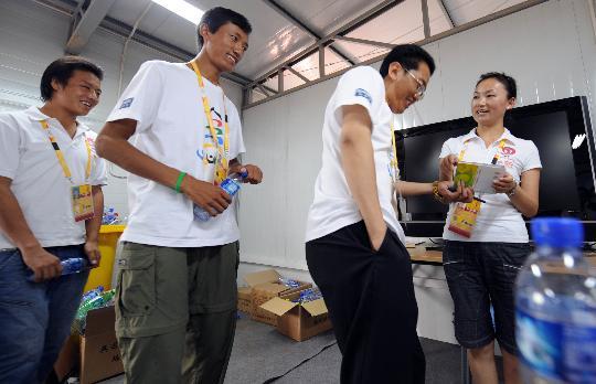 图文-西藏青年志愿者风采 志愿团模拟培训观众服务