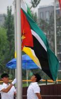 图文-各国代表团举行升旗仪式 莫桑比克国旗升起