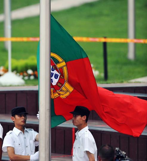 图文-各国举行升旗仪式 升旗手升起葡萄牙国旗