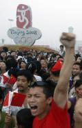 图文-奥运开幕式当天看升旗 群众高呼中国加油