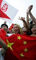 图文-奥运会开幕当天看升旗 外国游客挥舞中国国旗