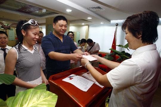 """图文-上海迎来""""奥运婚潮"""" 情侣朝镜头一笑"""
