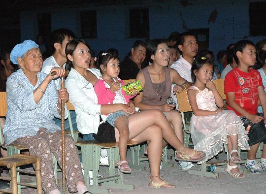 观众热情观看开幕式