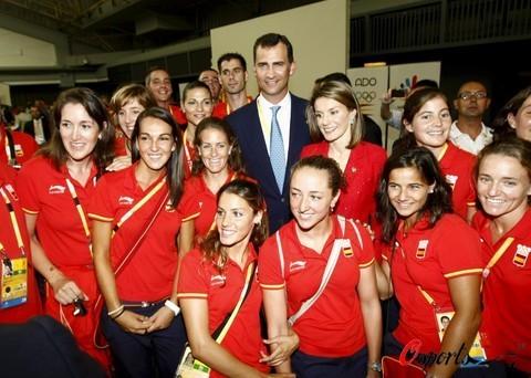 图文-西班牙王储接见本国奥运代表团 与女选手合影