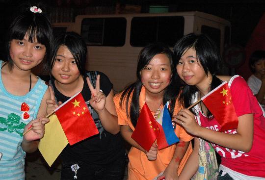 图文-各国群众喜迎北京奥运 马尼拉的华裔女孩庆奥运