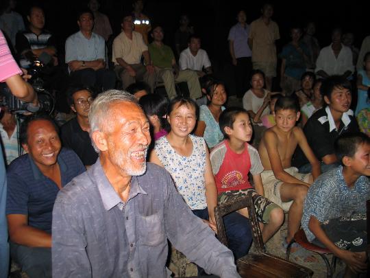 图文-各地群众喜迎北京奥运 陕西灾区群众看直播