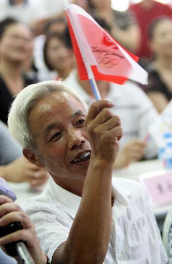 图文-奥运冠军家乡的欢庆 陈艳青父亲摇旗助威