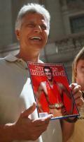 图文-施皮茨接受采访 手拿以菲尔普斯为封面的杂志