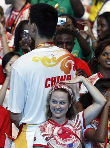 图文-北京奥运会闭幕式 与姚明比高度