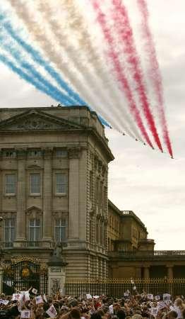 图文-伦敦狂欢迎接2012奥运会 红箭飞行表演