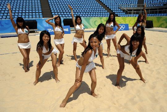 图文-舞时尚拉拉队的奥运梦想 蓝天的亮丽身影