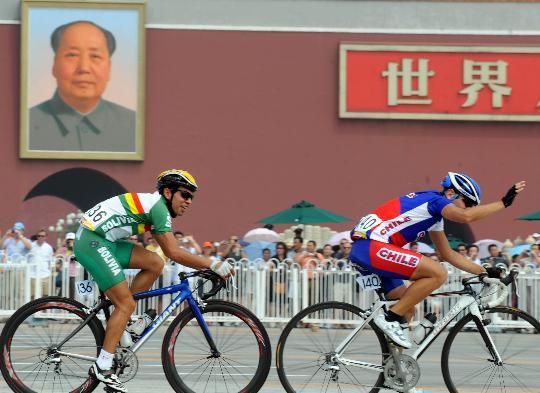 图文-公路自行车男子大组赛 参赛选手经过天安门