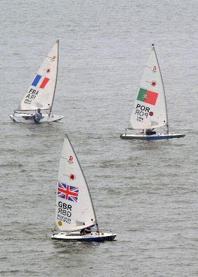 图文-英国选手获男子单人艇激光级冠军 转弯竞争
