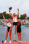 图文-奥运会赛艇经典瞬间回顾 二三名托起冠军