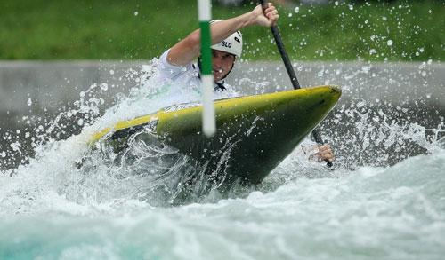 图文-奥运会11日皮划艇激流回旋赛况 不怕激流