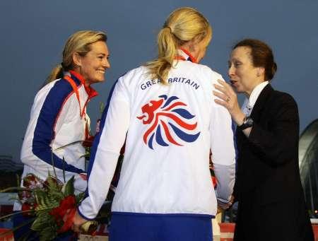 图文-奥运帆船帆板精彩回顾 安妮公主和冠军交谈