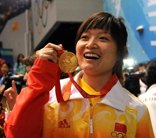 图文-女子10米气手枪颁奖 郭文�B在展示金牌