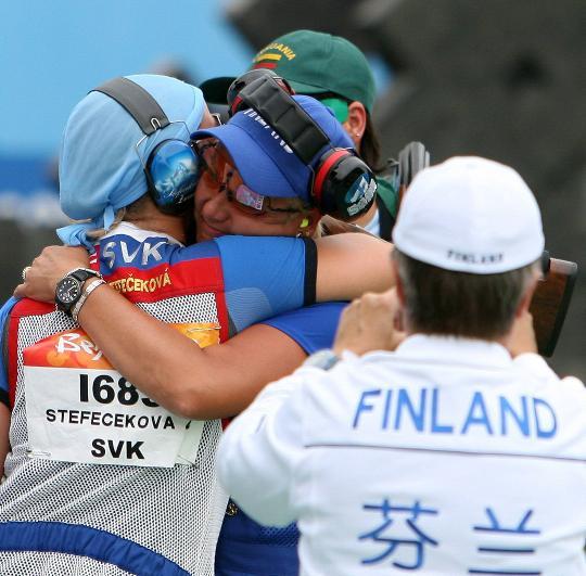 图文-芬兰选手获得女子飞碟多向冠军 冠亚军拥抱
