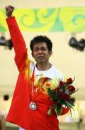 图文-男子10米气步枪决赛 朱启南颁奖台上异常激动