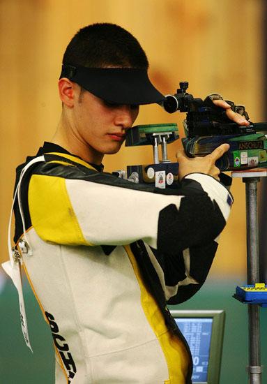 图文-男子10米气步枪决赛 美国选手比赛中