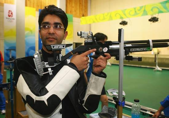 图文-男子10米气步枪决赛 印度选手宾德拉在比赛中