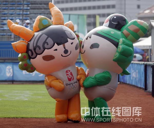 图文-女子垒球预赛中国胜荷兰 来助兴的福娃
