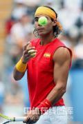图文-纳达尔出战奥运男单首轮 发光发亮的网球