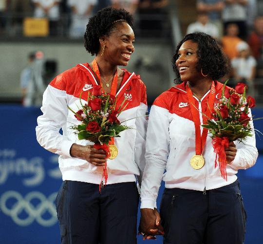 图文-威廉姆斯姐妹夺得双打冠军 姐妹俩相视而笑