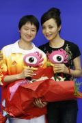 图文-吴静钰和陶虹做客新浪聊天 两人合影留念