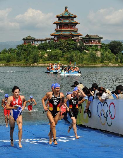 图文-女子组决赛在十三陵水库举行 美丽景色衬铁人